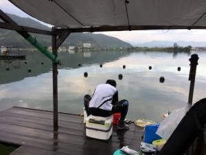 屋根付き筏で夏も快適。