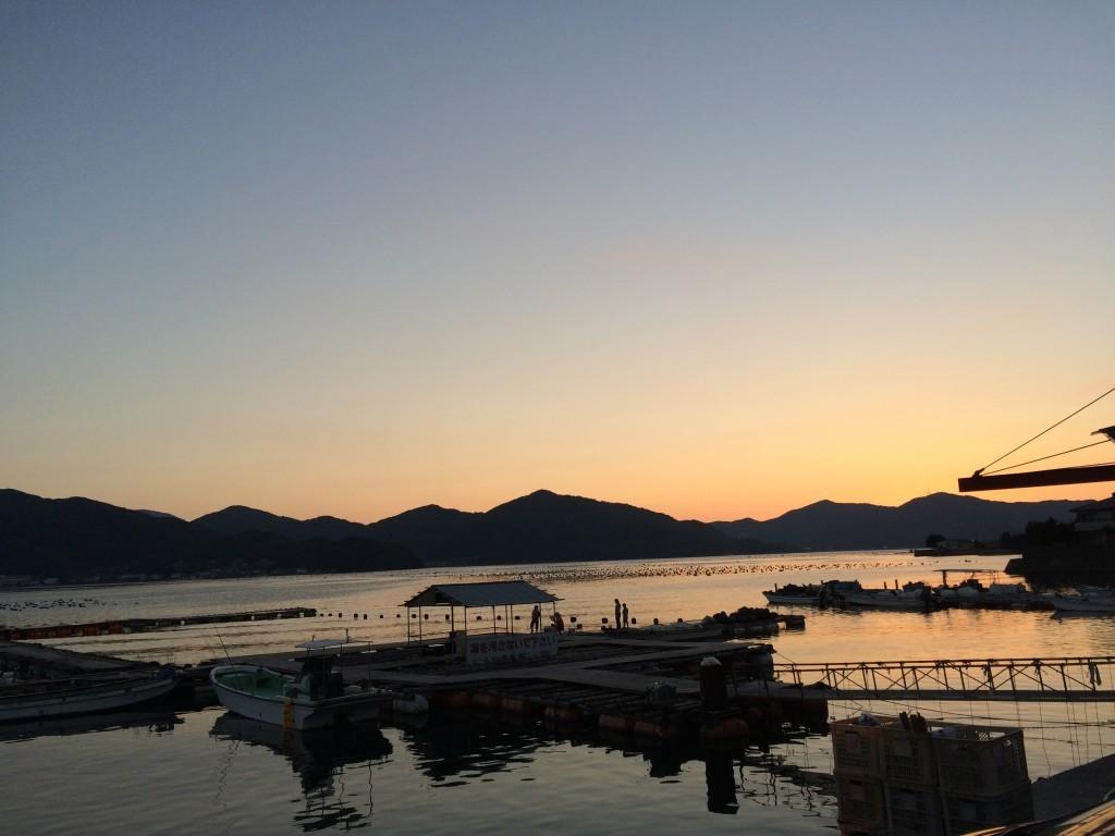 御荘湾に沈む夕日。綺麗だなあ。