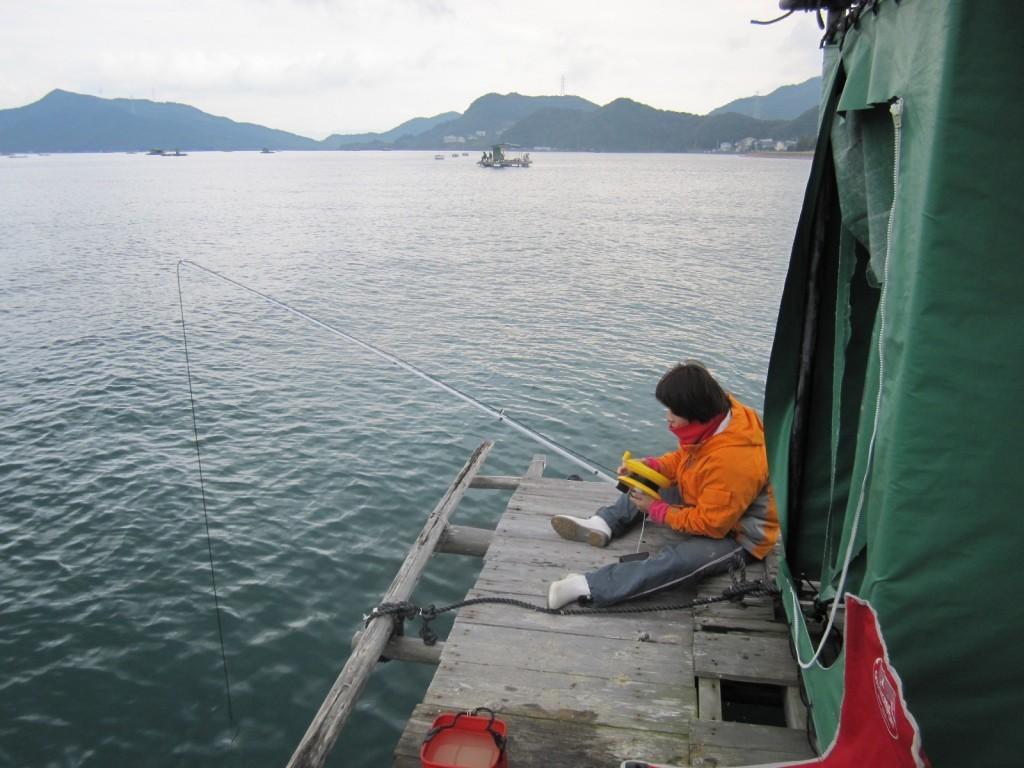 隣にこんな釣り人いたら嫌だ。