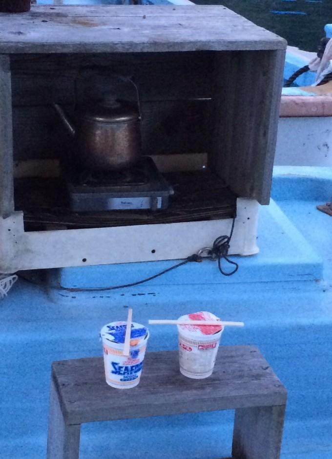 朝ごはん。温かいカップ麺で戦意を向上させるのだ。