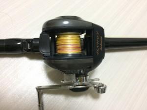 リール。適当な両軸リール。道糸は船釣り用PE3号。水深把握も便利。