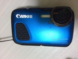肝心のカメラとはストラップで。