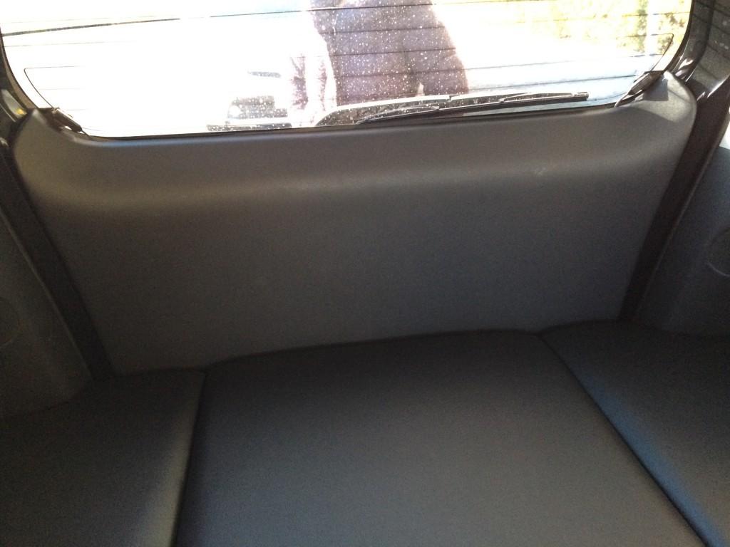 ハッチバックを締めた車内から。この純正品感(笑)