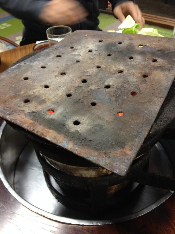 長年、肉の旨味が染み込んだ鉄板。清潔感は西成の道路で焚き火してる方々のドラム缶レベル。