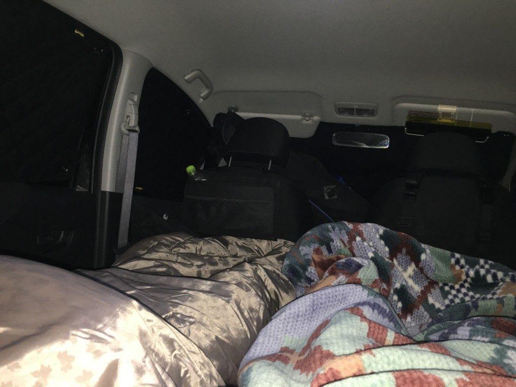なんと快適な。コンパクトカーの車中泊とは思えないです。